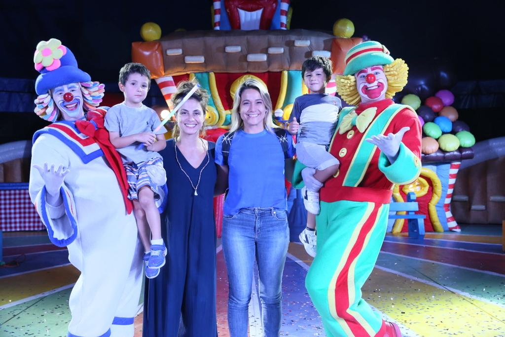 Fernanda Gentil curte circo com o filho caçula e a esposa no Rio