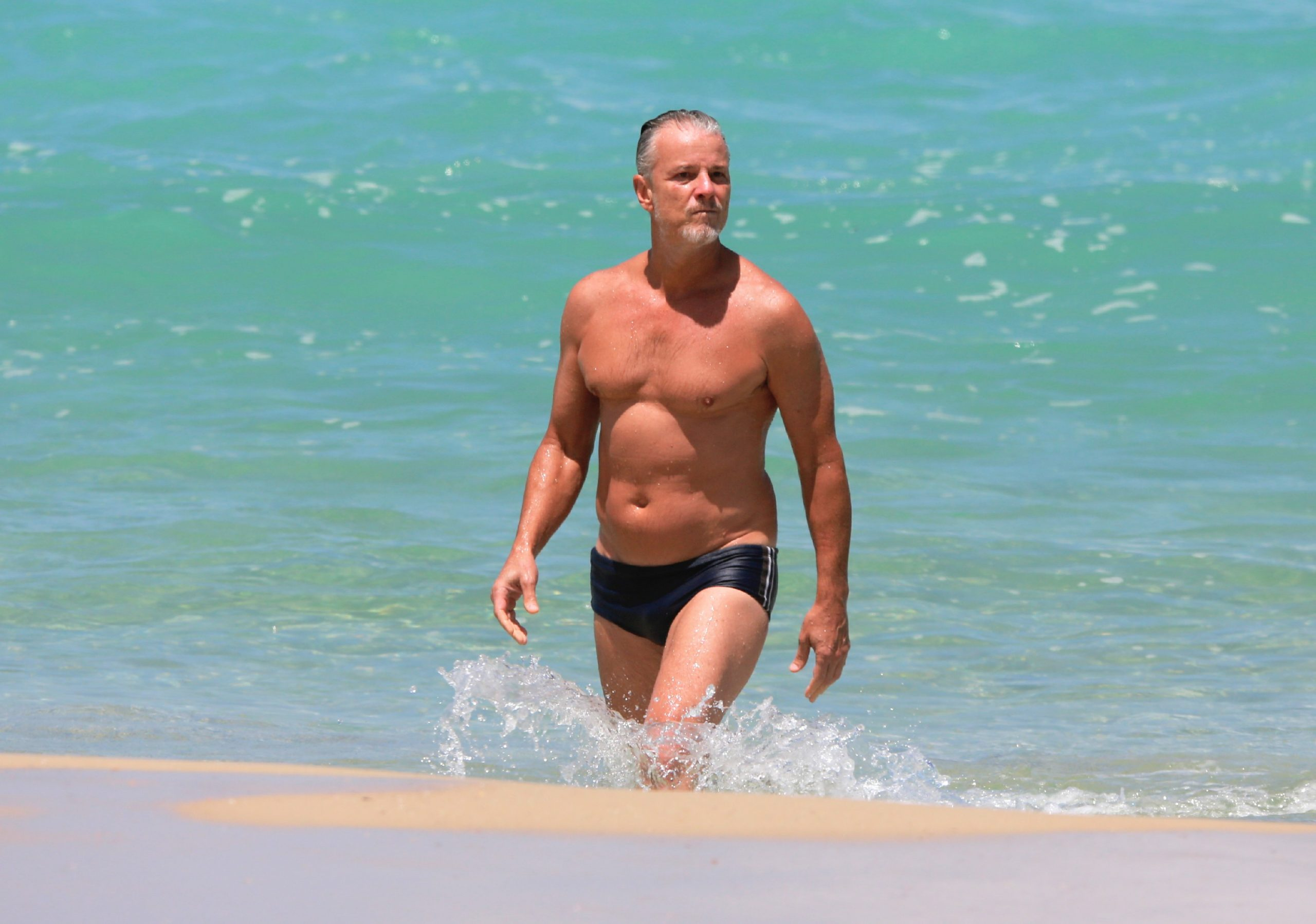 Aos 57 anos, Marcello Novaes exibe boa forma em dia de praia