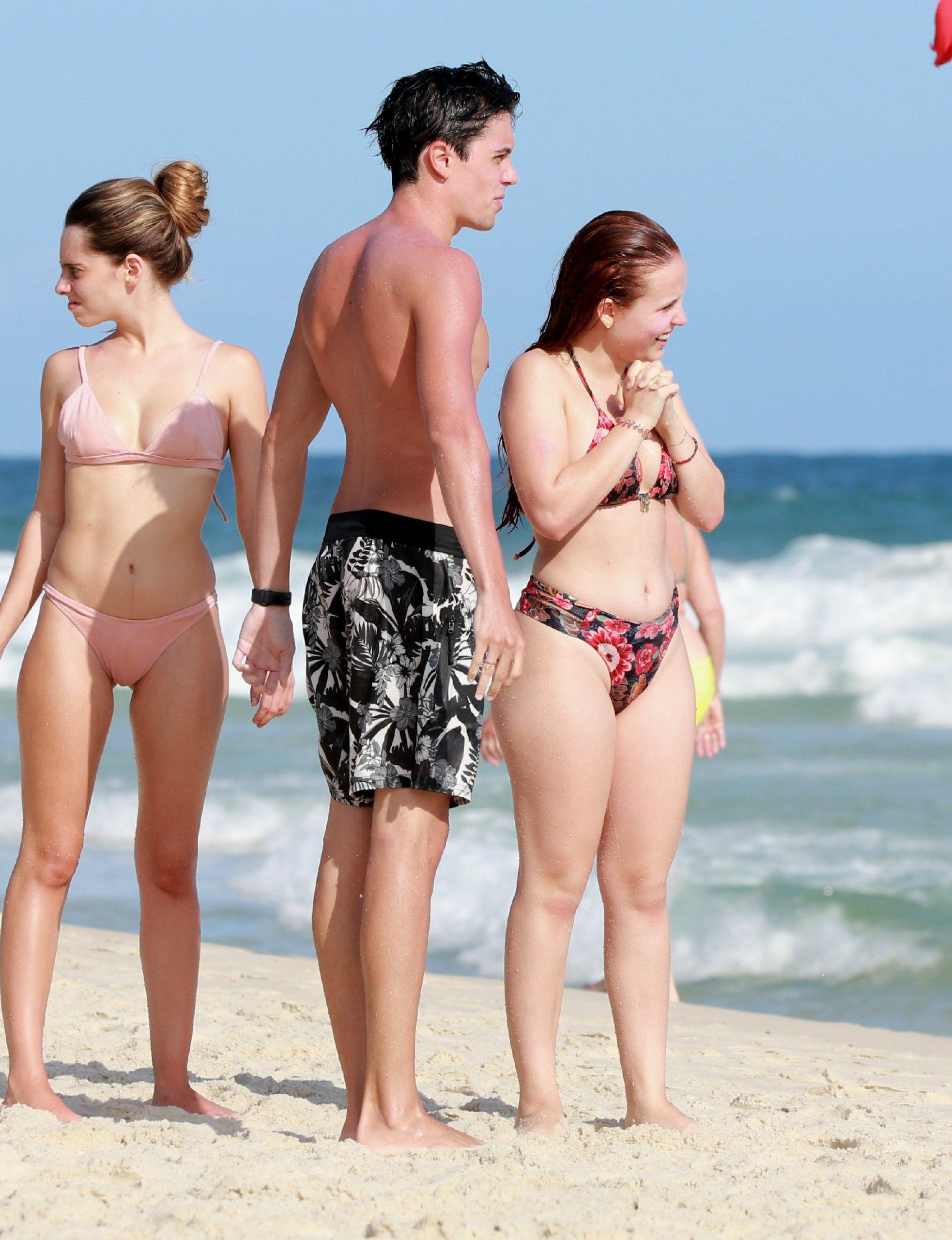 Larissa Manoela curte praia com Leo Cidade