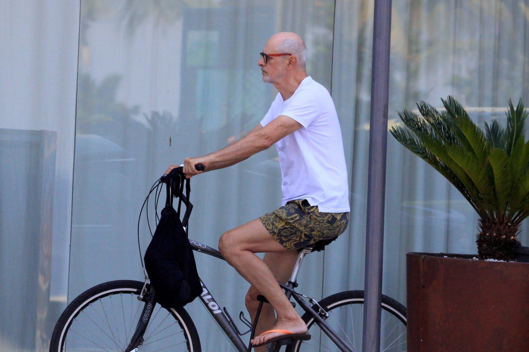 No grupo de risco do coronavírus, Marcos Caruso passeia de bicicleta pelo Rio de Janeiro