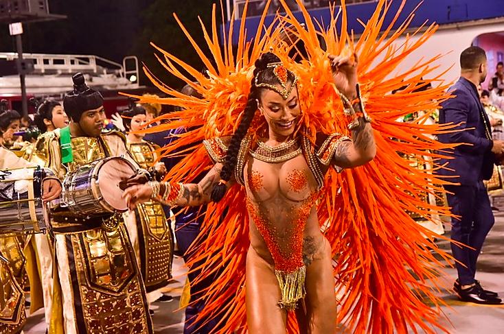 Dani Bolina no desfile da Vila Maria no Carnaval 2020