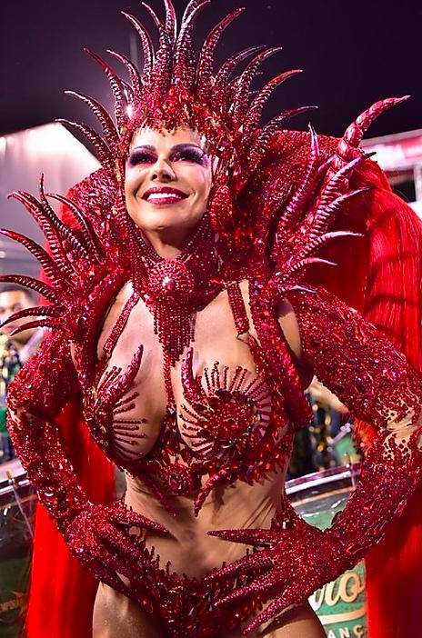 Viviane Araújo é Rainha de Bateira da Mancha Verde