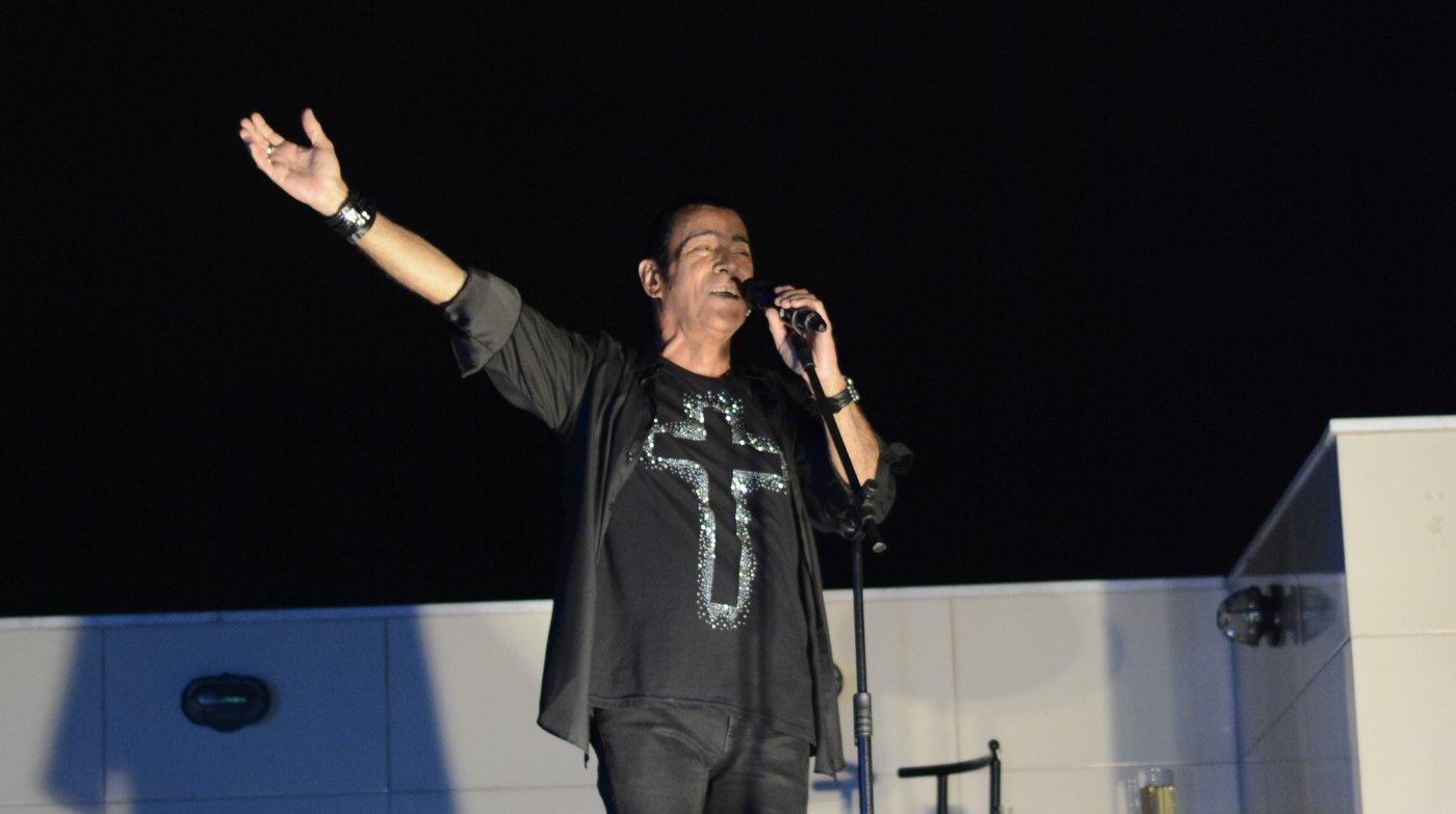 Elymar Santos faz show na varanda de casa em homenagem aos 90 anos de sua mãe