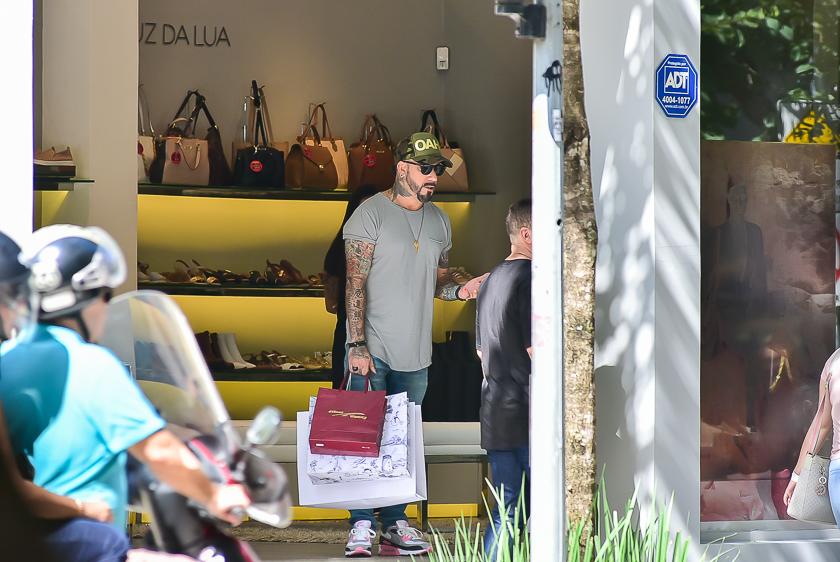 AJ faz compras em São Paulo