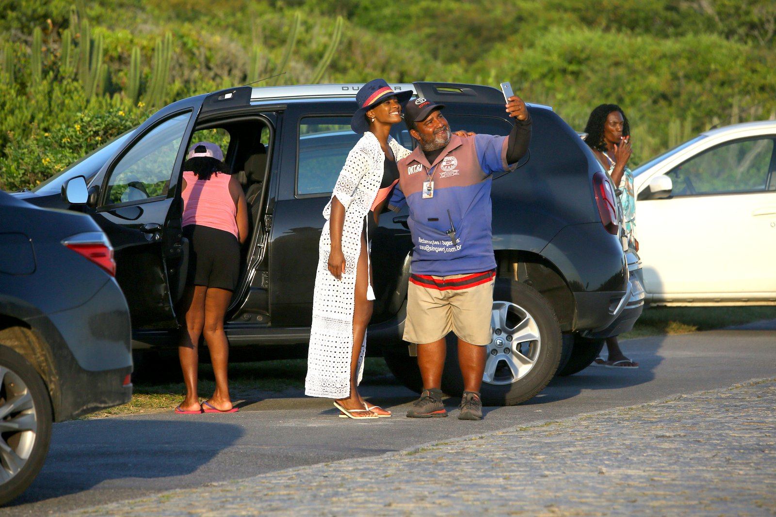 Erika Januza exibe corpão e atende fã em praia do Rio