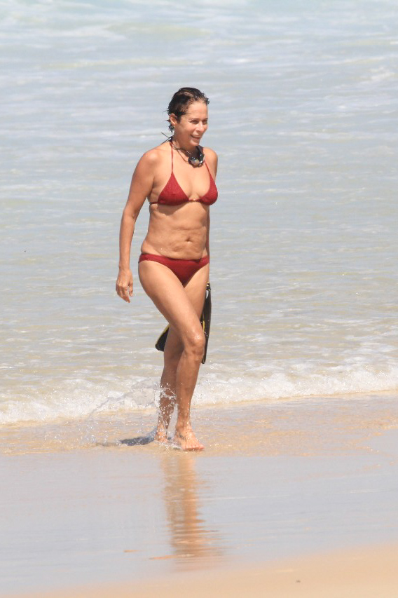 """Natural…Aos 56 anos, Andrea Beltrão aparece de biquini na praia e mostra barriga natural """"sem nenhuma plastica"""""""