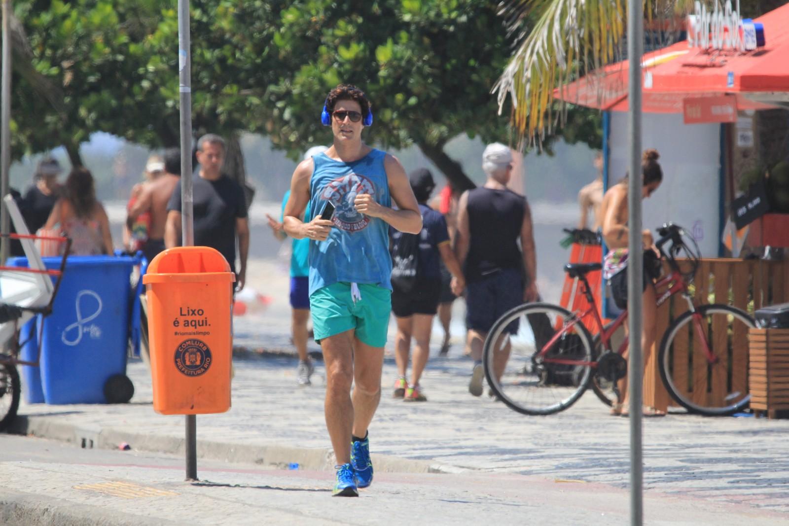Em meio a Coronavírus, Reynaldo Gianecchini corre na praia