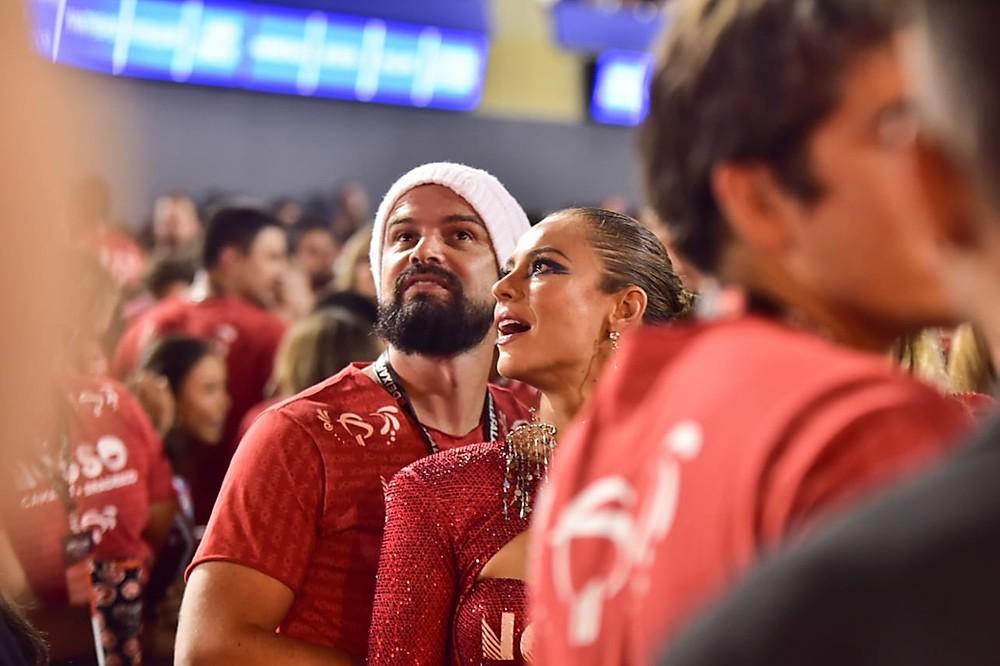 Paolla Oliveira curte camarote na Sapucaí abraçada com affair
