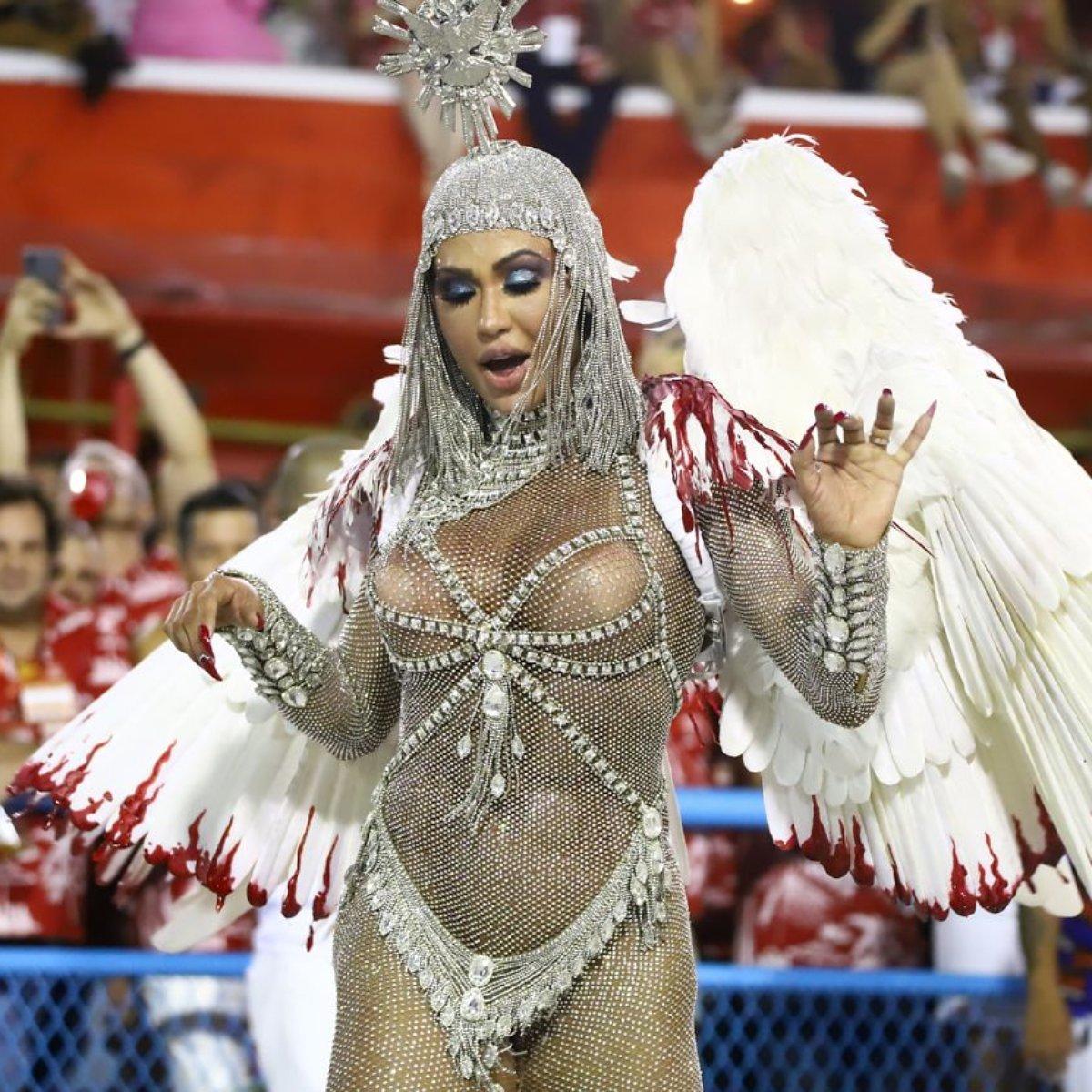 Gracyanne Barbosa representa a Paz no desfile da União da Ilha