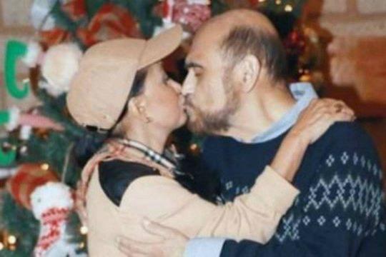 Chiquinha e Seu Barriga! Atores de Chaves se beijam em festa