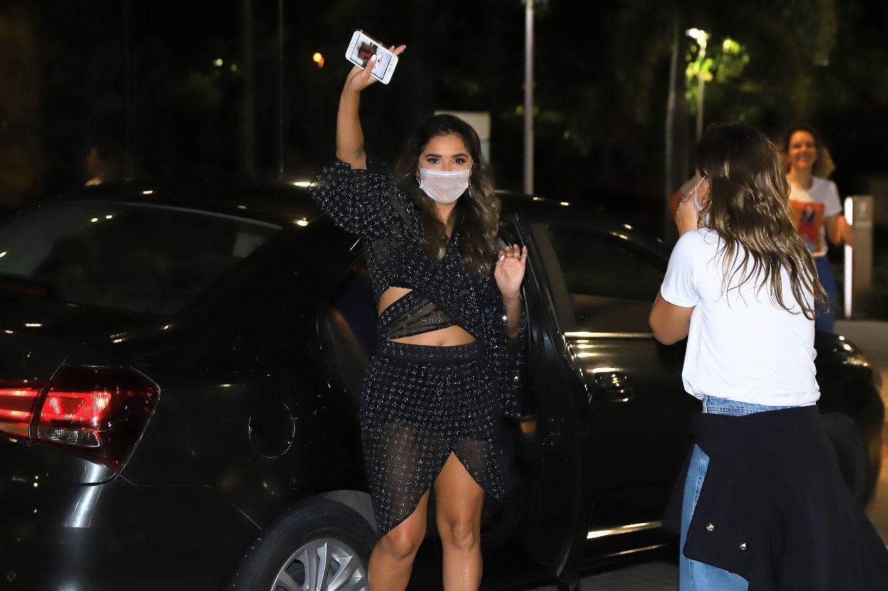 Fãs não respeitam distanciamento e tiram selfies com Gizelly em porta de hotel