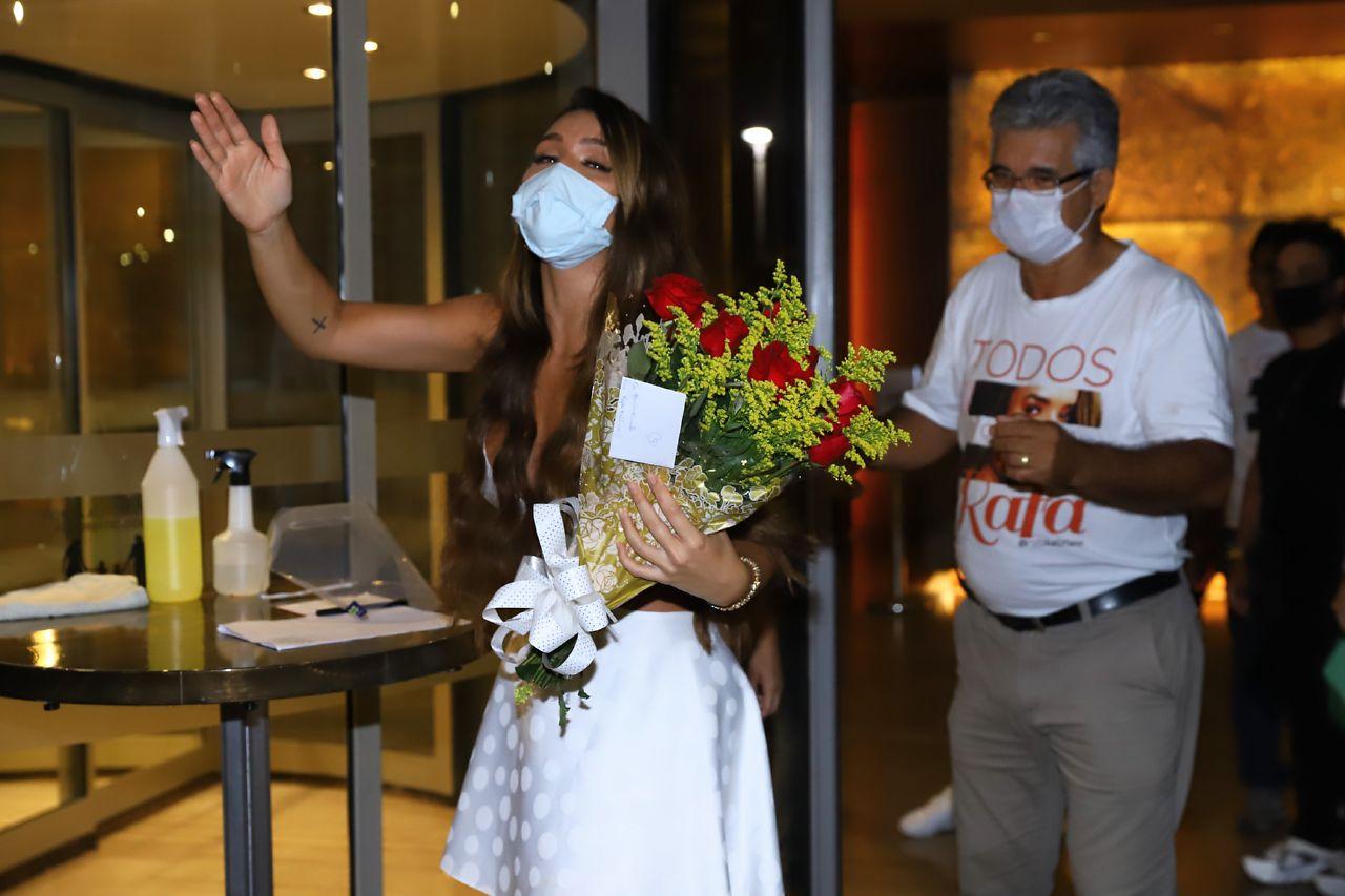Fãs quebraram a quarentena para receber Rafa Kalimann em hotel