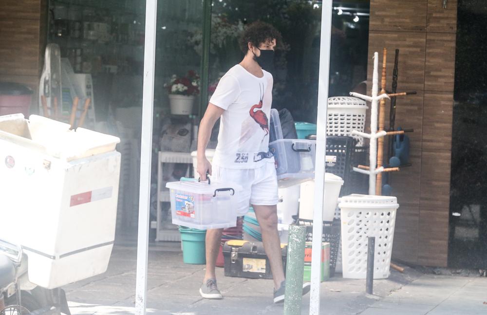 José Loreto caminha usando máscara no Rio de Janeiro