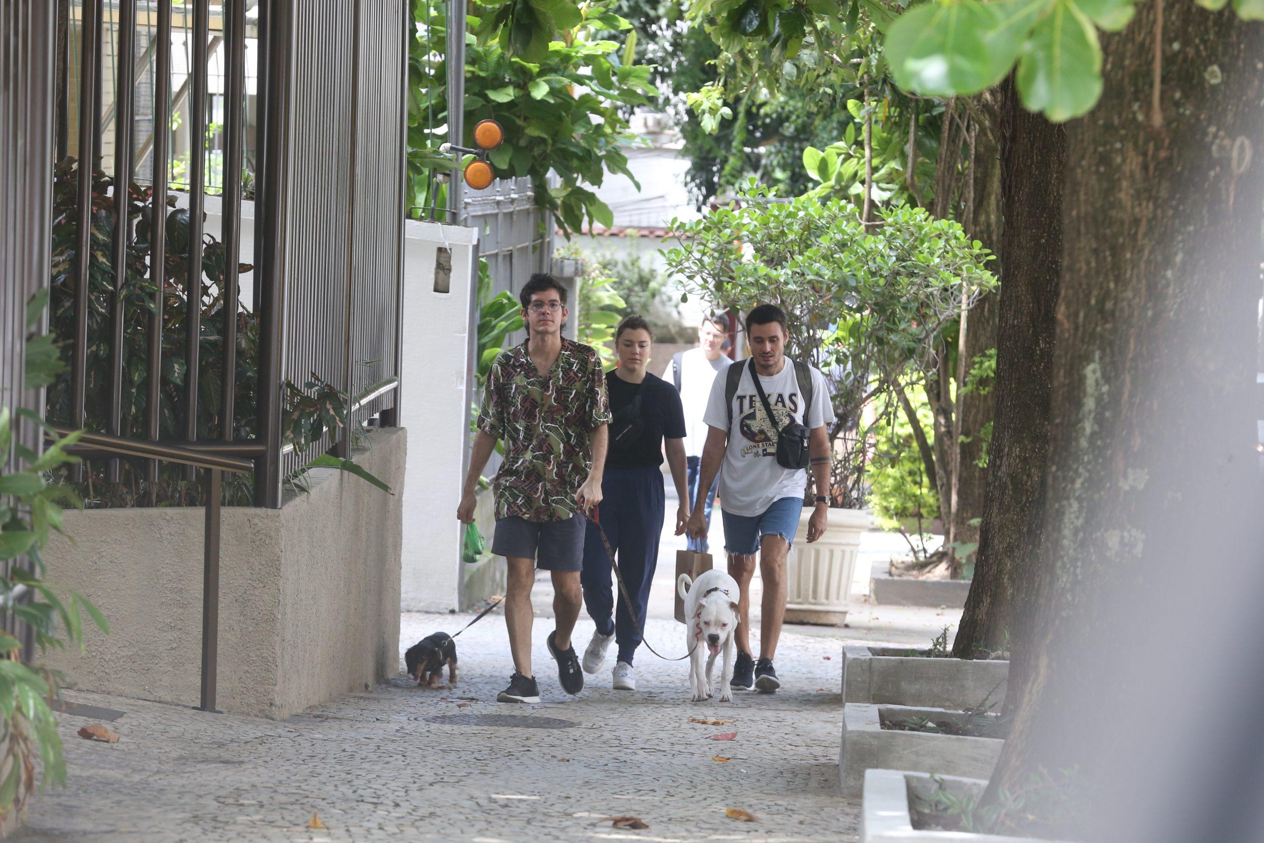 Após sintomas de Covid 19, Alice Wegmann é clicada passeando no Rio