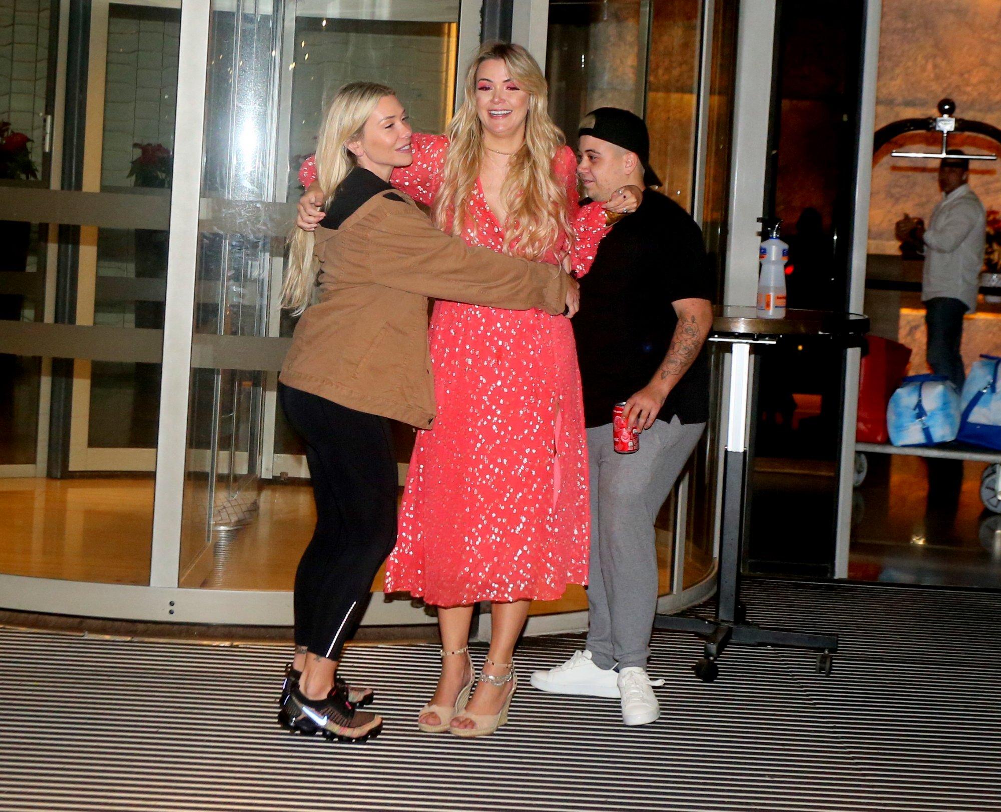 Marcela é recebida pelos irmãos em hotel após eliminação do BBB