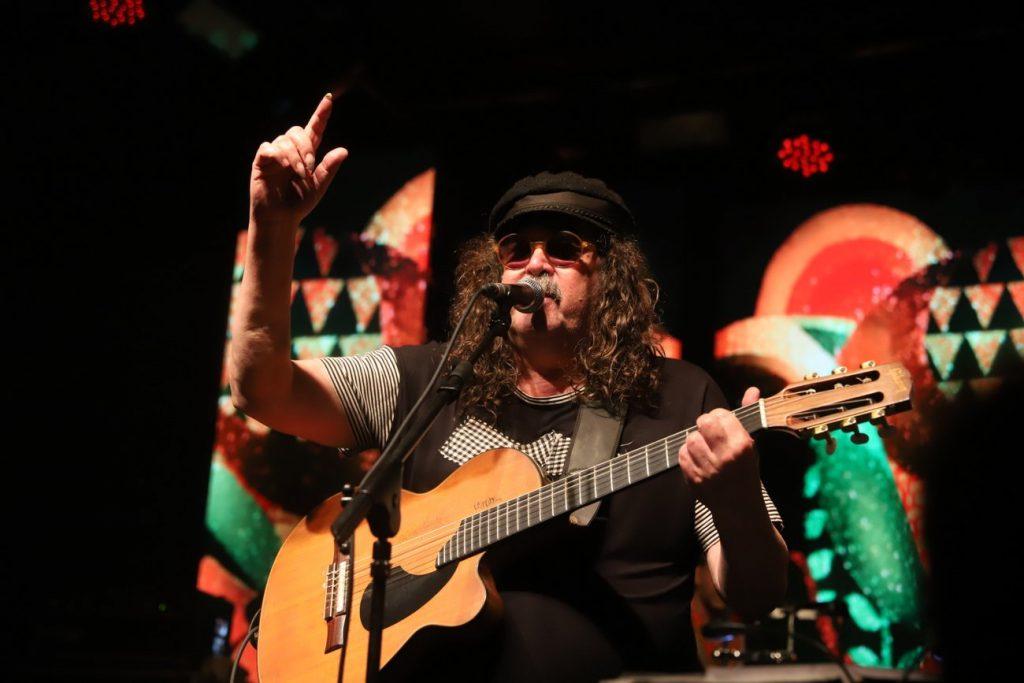 Moraes Moreira cantando em show