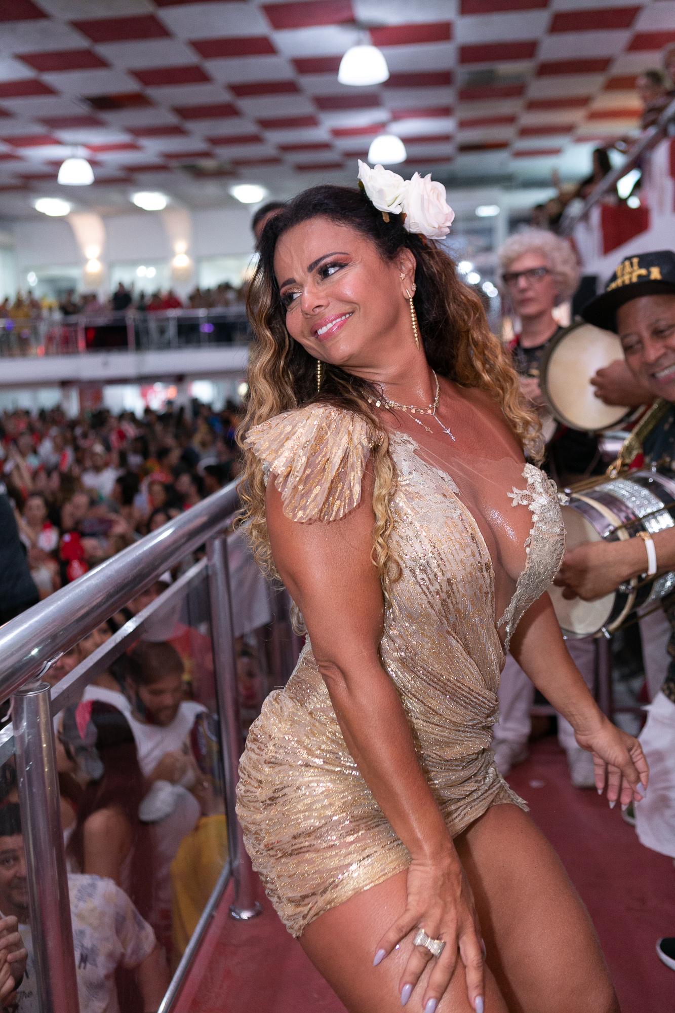 Viviane Araújo samba e diverte foliões na quadra do Salgueiro