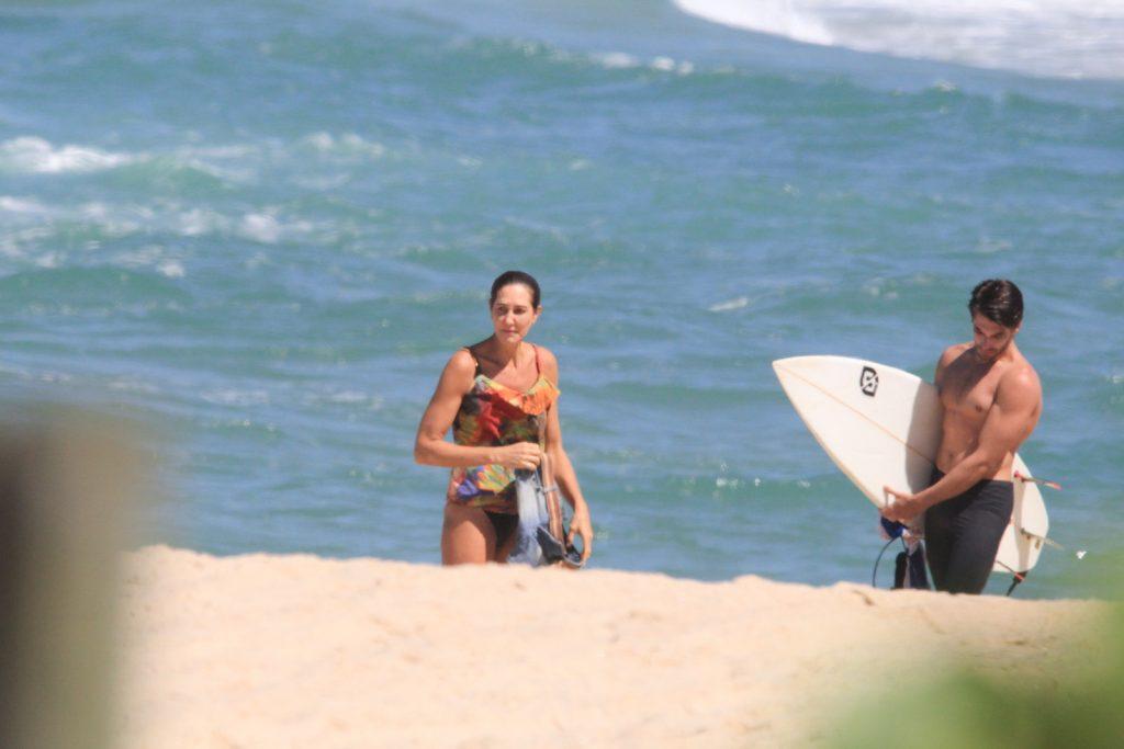 Ao sair da praia, Fernanda conversava com surfista