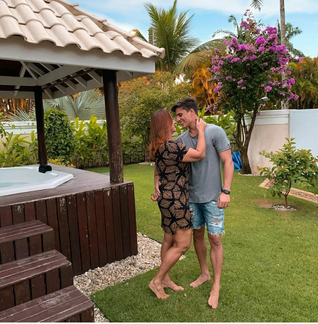 Mãe de Neymar assume namorado 31 anos mais novo
