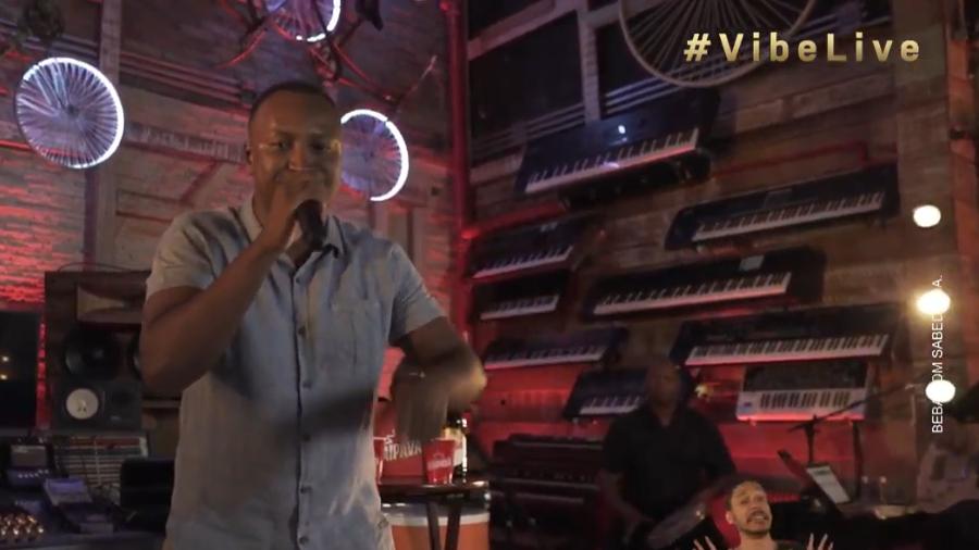Thiaguinho cantando durante sua live no Youtube