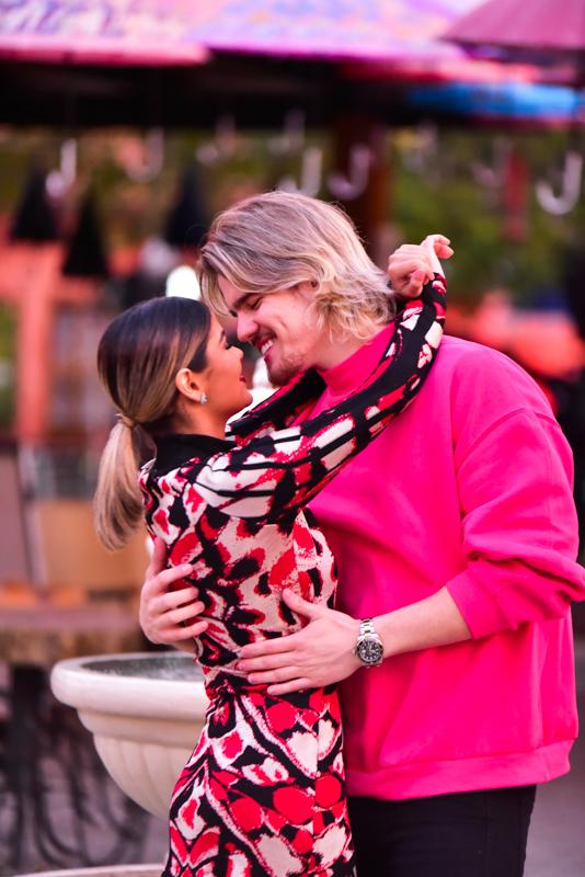 Munik Nunes e Caio César beijam muito antes de live do sertanejo