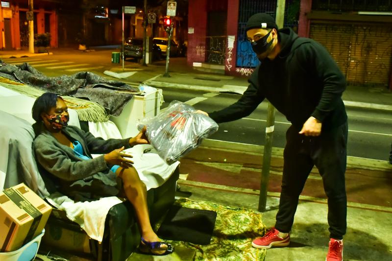 Em noite fria, Felipe Titto entrega cobertores para moradores de rua