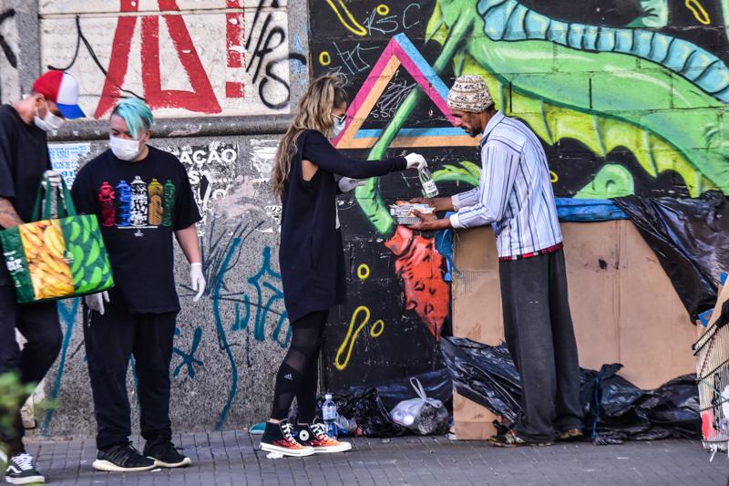 Adriane Galisteu entrega marmitas para moradores de rua de São Paulo
