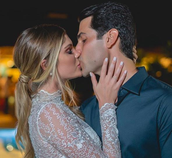 """Bárbara Evans faz casamento civil e transmite em live """"Muito feliz"""""""