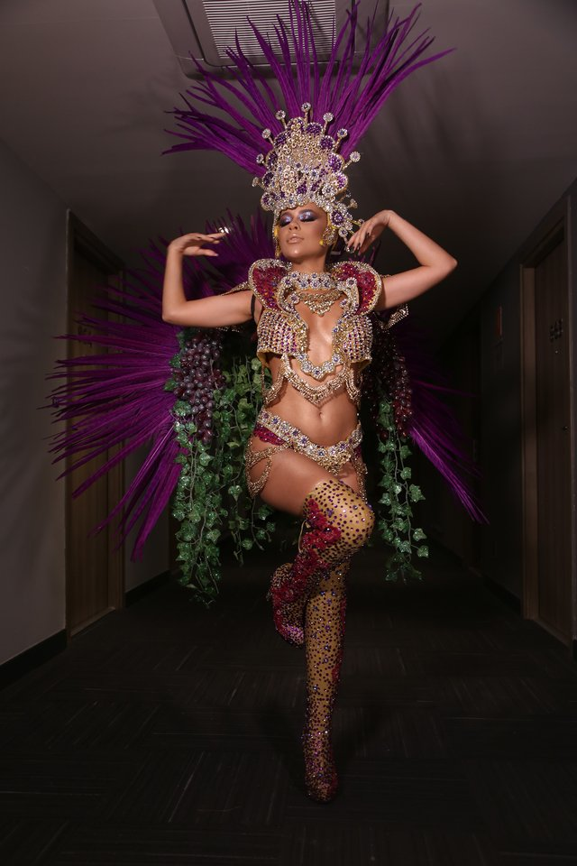 Laura Brito no carnaval 2020 com as botas de valor sentimental