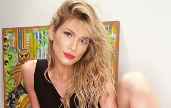 Lívia Andrade com cabelão jogado pro lado e batom vermelho em close