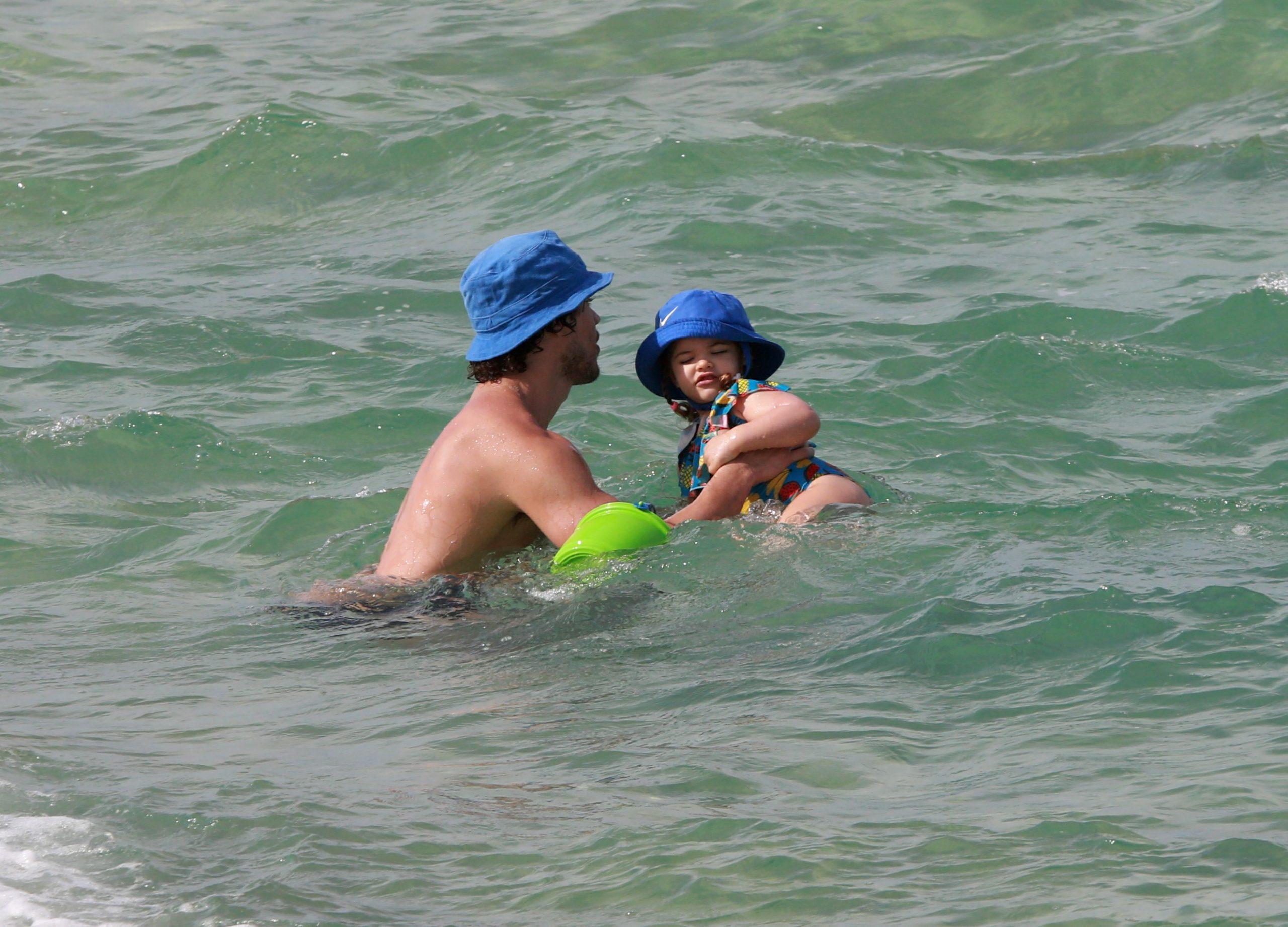 José Loreto é fotografado brincando com sua filha em praia carioca