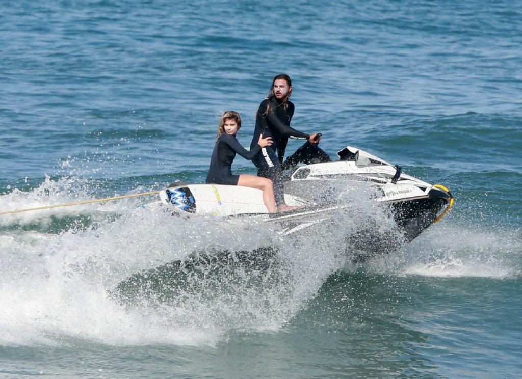 Isabella Santoni e Caio Bras em um Jet Sky
