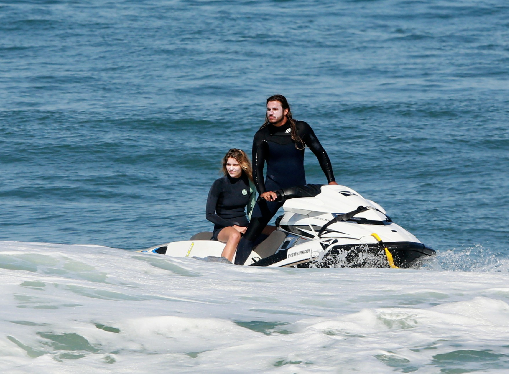 Isabella Santoni surfa (e namora muiiiito) em praia no Rio