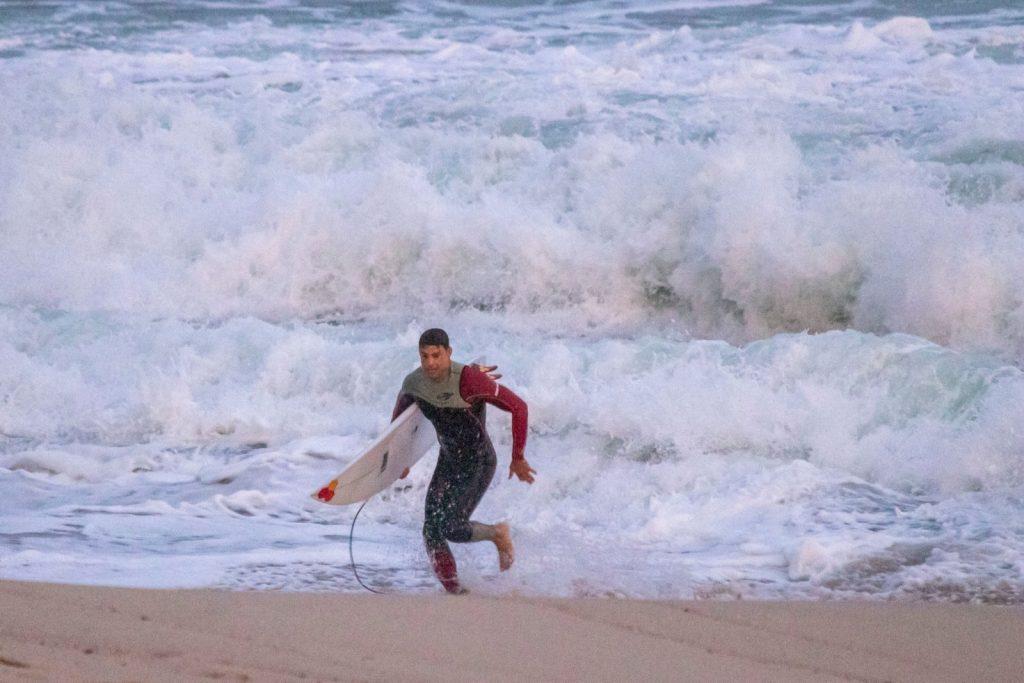 Cauã Reymond deixando a praia do Recreio no Rio de Janeiro - foto: Marcelo Mania / Agnews