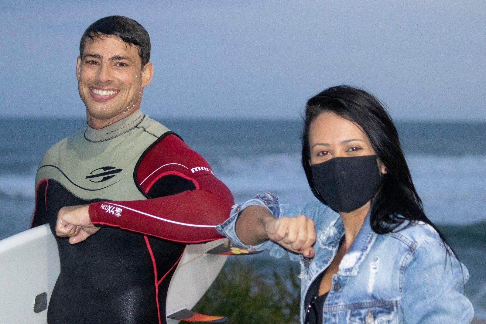 Cauã Reymond pede distanciamento em foto com banhistas em praia no Rio