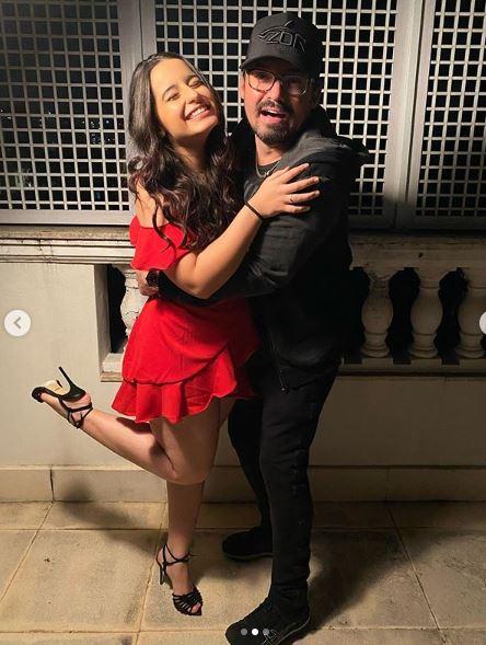 Kamily Zor e Fernando (ela de vestido vermelho ele todo de preto)