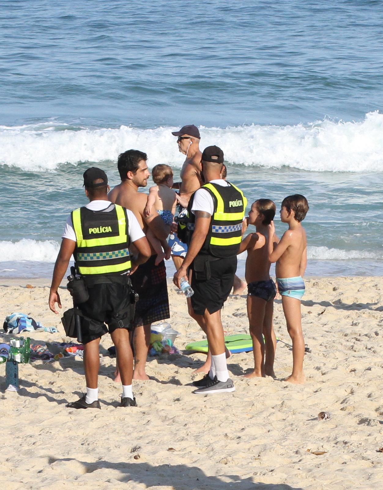 Bernardo Mesquita é alertado por policiais ao curtir praia lotada no Rio