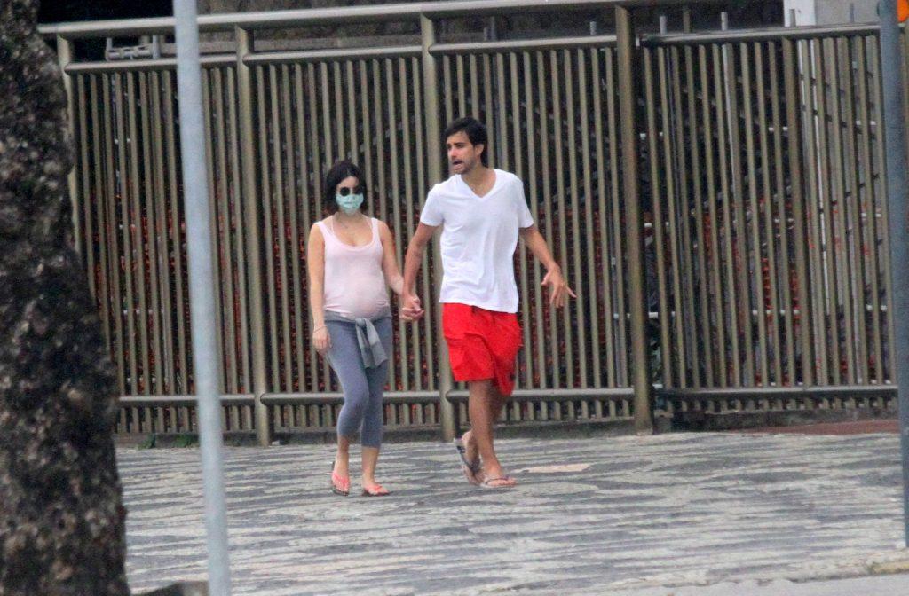 Stefany Brito e Igor Raschkovsky passeiam em Ipanema - Foto: Daniel Delmiro / Agnews