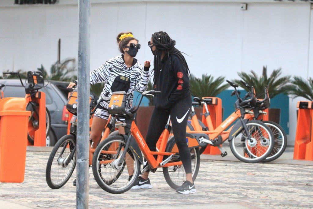 Ludmilla e Brunna passeiam de bicicleta e trocam beijos de máscara - Fotos JC Pereira/ Agnews