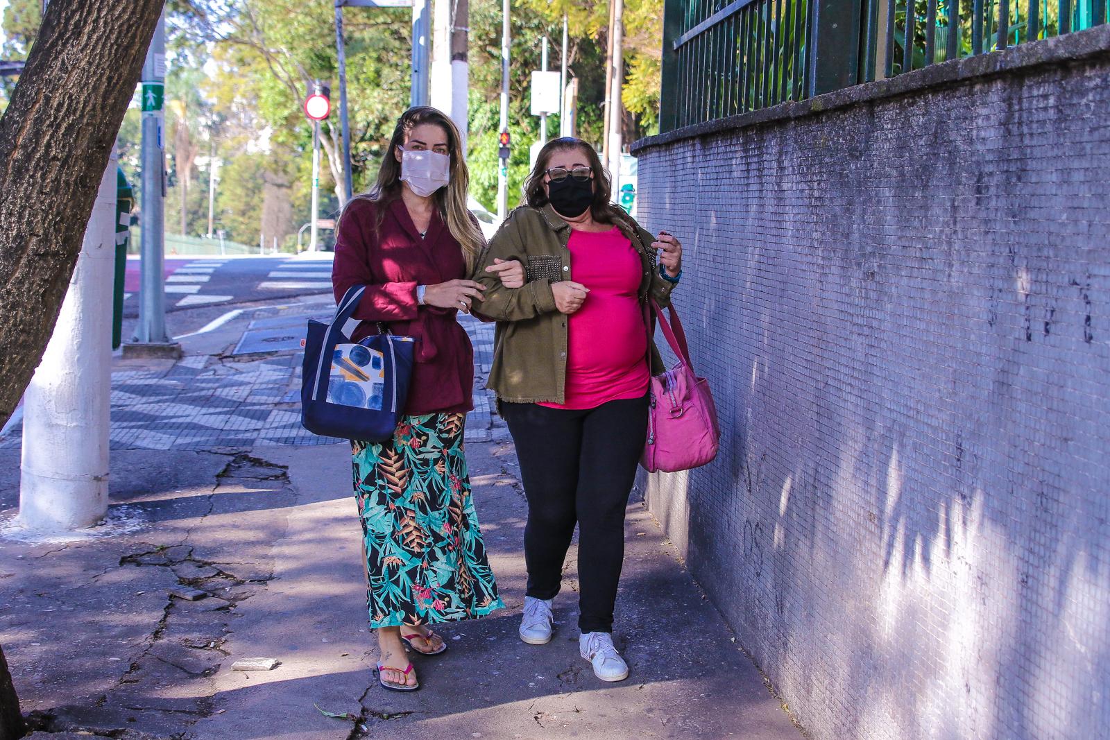 Tati Minerato deixa o hospital acompanhada da mãe