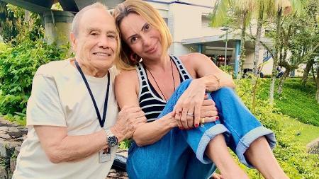 Stenio Garcia e a esposa Mariele Saade na beira da piscina