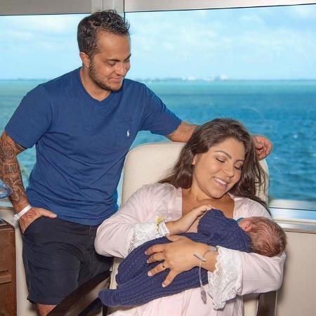 Thammy e Andressa com o filho Bento
