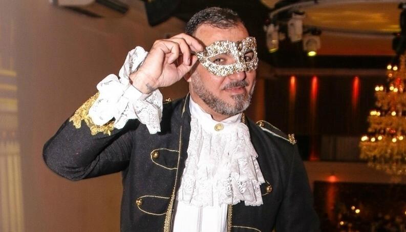 Vavá de mascara de carnaval em sau festa de aniversário