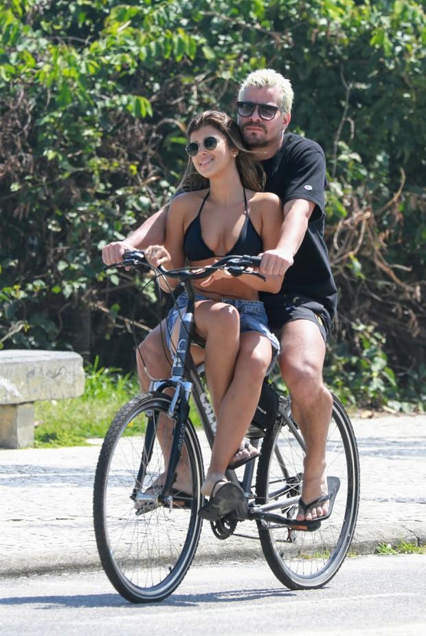 Thiago Martins carrega sua namorada no cano da bicleta