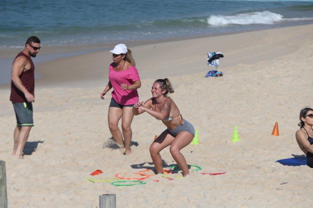 Andréa Sorvetão e sua filha  Giovanna fazem treino funcional na Praia do Recreio