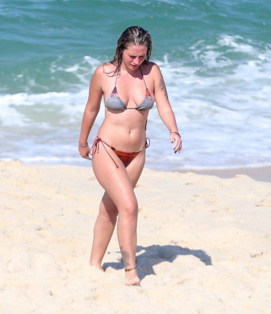 Giovanna de biquini na praia