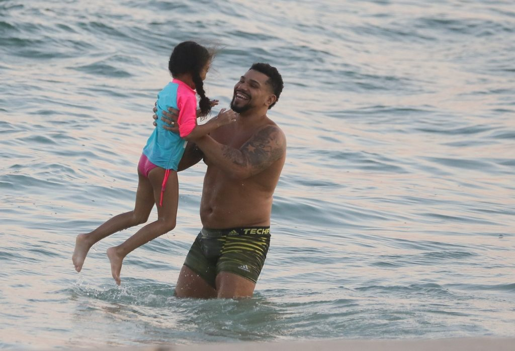 Naldo Benny curte praia com sua filha neste fim de tarde