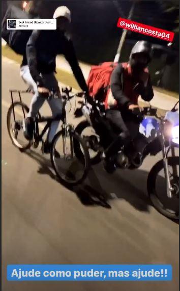 Motoboy da carona a ciclista