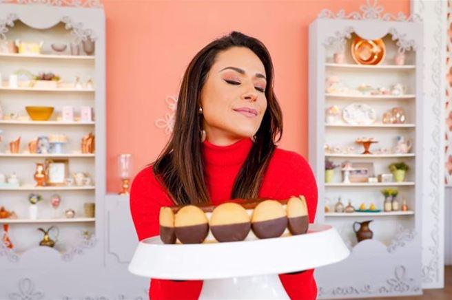 Nadja Haddad segurando um lindo bolo