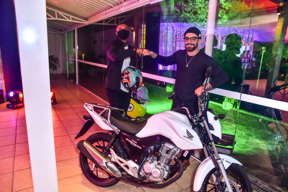 Felipe Titto cumpre promessa e doa moto para entregador